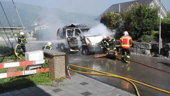 Die Feuerwehr löscht die Flammen.