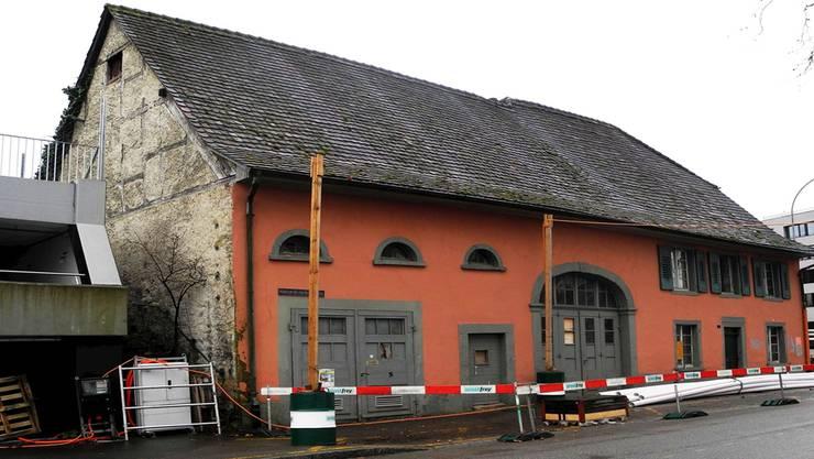 Fassade täuscht über den Zustand des Roten Hauses an der Rheinfelder Schifflände hinweg – das Gebäude ist baufällig.