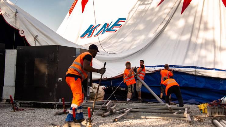 Teamarbeit: Rund 100 Männer bauen das Zelt gemeinsam auf.