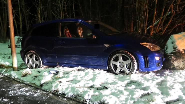Wegen der eisig rutschigen Strasse in Hölstein kam dieser Autofahrer von der Fahrbahn ab.