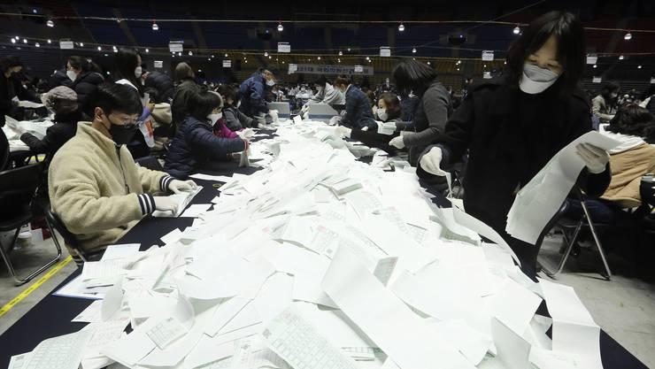 Auszählung der Wahlzettel: 66,2 Prozent aller Wahlberechtigten haben inmitten der Coronavirus-Pandemie ihre Stimme abgegeben.