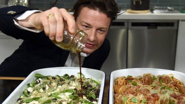 Der britische Koch und Wirt Jamie Oliver hat am 15. Juni 2017 die Brandopfer in London zu einem Gratisessen in seinem Restaurant in London eingeladen. (Archiv)