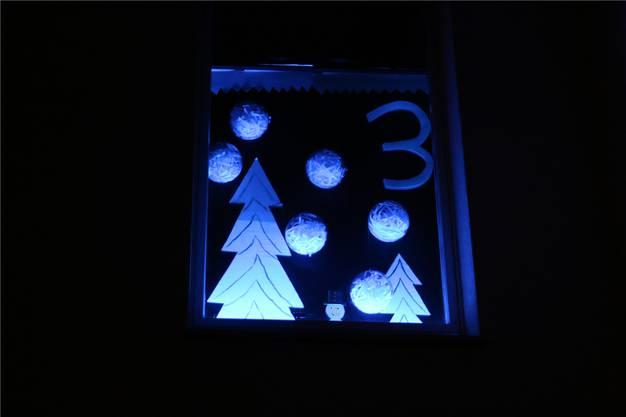 Ein Schneemann versteckt sich bei Angela Capaul in Eiken zwischen zwei Tannenbäumen.