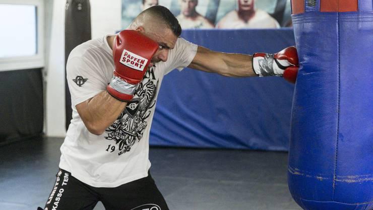 Angespannt bis in die letzten Muskeln: Alexander Nedbei schlägt im Training zu.