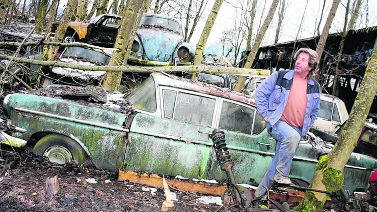 Aufbruch im Abbruch: Roger Linder räumt den Autofriedhof Messerli in Kaufdorf auf. Und verpackt Oldtimers für den Abtransport. joh