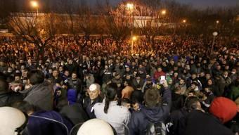 Aufgebrachte Bauern und Polizei am Donnerstagabend in Thessaloniki.