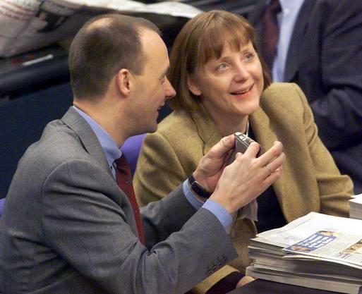 Als die CDU mit Kanzler Helmut Kohl die Wahl von 1998 verliert und Gerhard Schröder (SPD) Kanzler wird, geht Merkel in die Opposition. Hier mit ihrem Parteifreund Friedrich Merz, einem späteren parteiinternen Rivalen, gegen den sie sich durchsetzte.