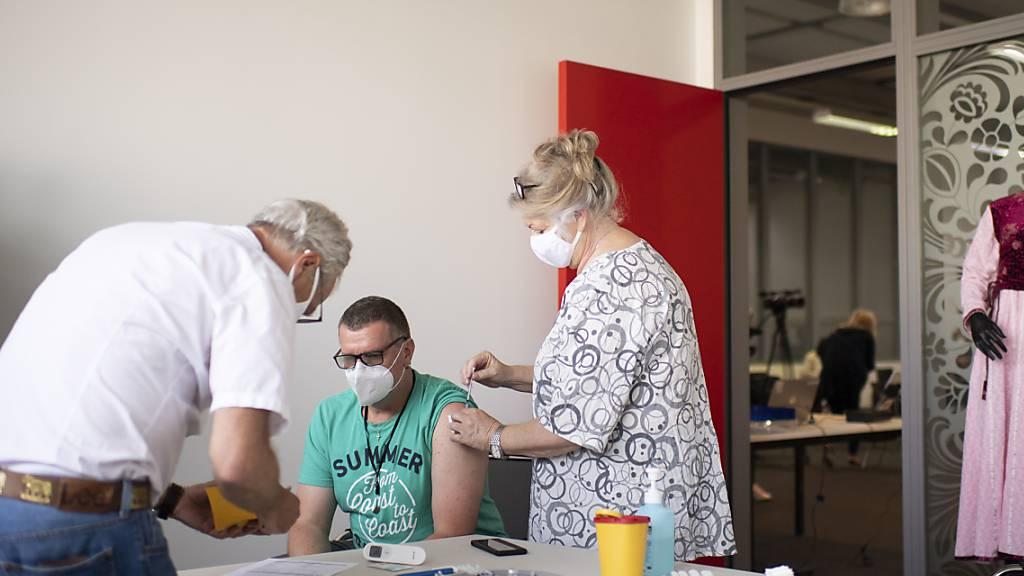 Impfen im Betrieb: Ein Mitarbeiter der Saurer AG in Arbon TG lässt sich gegen das Corona-Virus impfen.