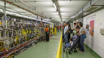 Viele kamen, um den fast 27 Kilometer langen Tunnel des Teilchenbeschleunigers zu besichtigen.