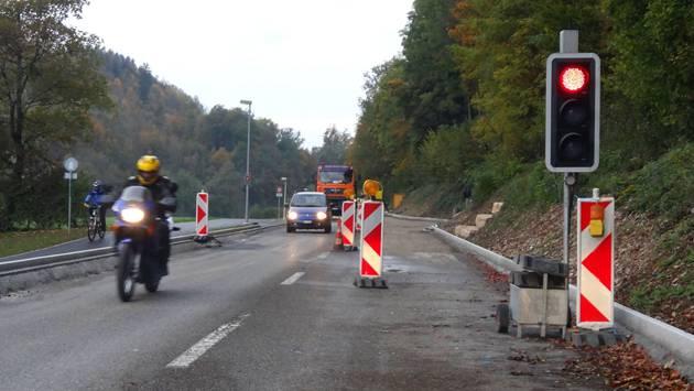Der Verkehr auf der Sanierungsstrecke der Kantonsstrasse Rheinfelden–Magden wird mit einer Lichtsignalanlage geregelt. – Foto: chr
