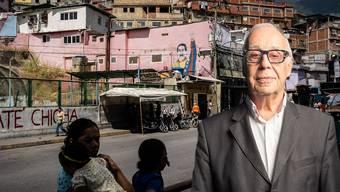 Mit erhobener Faust grüsst Maduro von den Slum-Mauern von Caracas. Die humanitäre Krise spitzt sich zu. Jean Ziegler (rechts im Bild) kennt die Situation im Land.