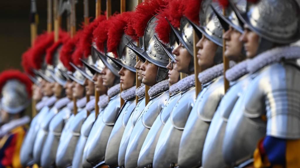 Schweizergardisten sollen während der Dienstzeit in Rom wie bisher Wehrpflichtersatzabgabe bezahlen. Das hat der Nationalrat mit knappem Mehr entschieden. (Themenbild)