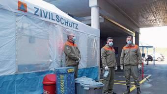 Zivilschutzangehörige kontrollieren den Zutritt und regeln den Personenverkehr bei den Eingängen des Spitals Muri.