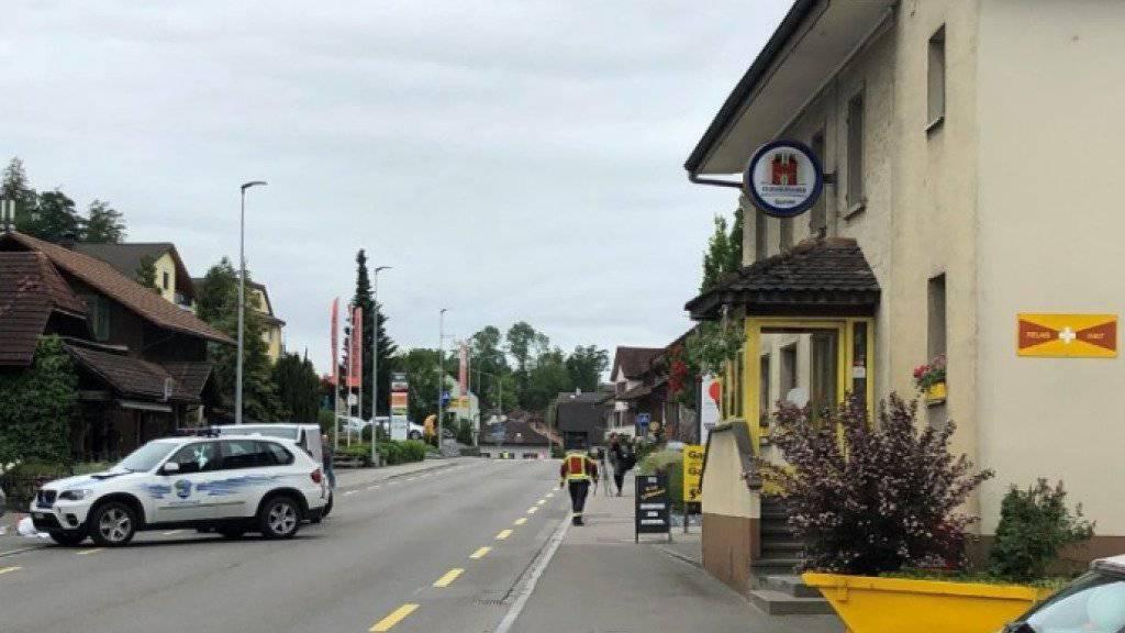 Auf der Hauptstrasse in Moosleerau AG ist ein zehnjähriger Knabe von einem Lastwagen erfasst und tödlich verletzt worden.