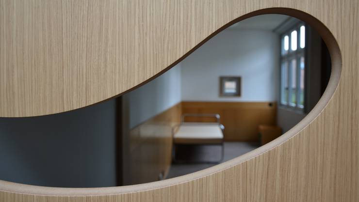 Die Einzelzimmer sind mit sogenannten Kontakt-Türen versehen. Dank diesen Türen ist der Austausch trotz geschlossener Tür zwischen Klient und Mitarbeitenden möglich.