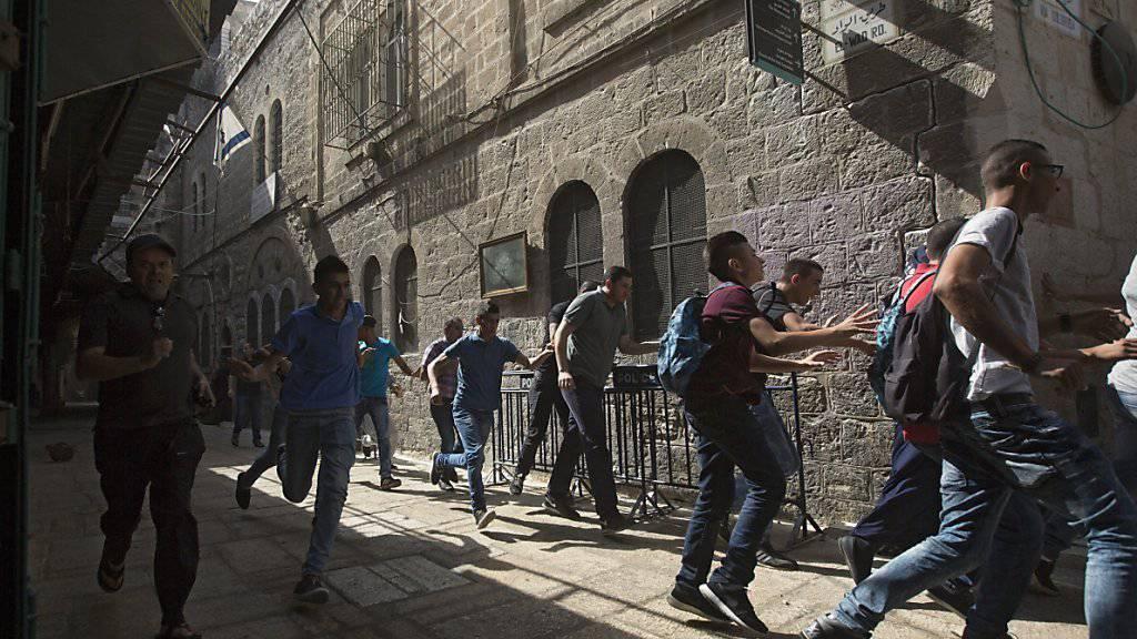 Bei der Al-Aksa-Moschee in Jerusalems Altstadt ist es in den vergangenen Tagen zu wüsten Szenen gekommen. Israels Regierungschef Netanjahu kündigte nun schärfere Strafen für Steinewerfer an.