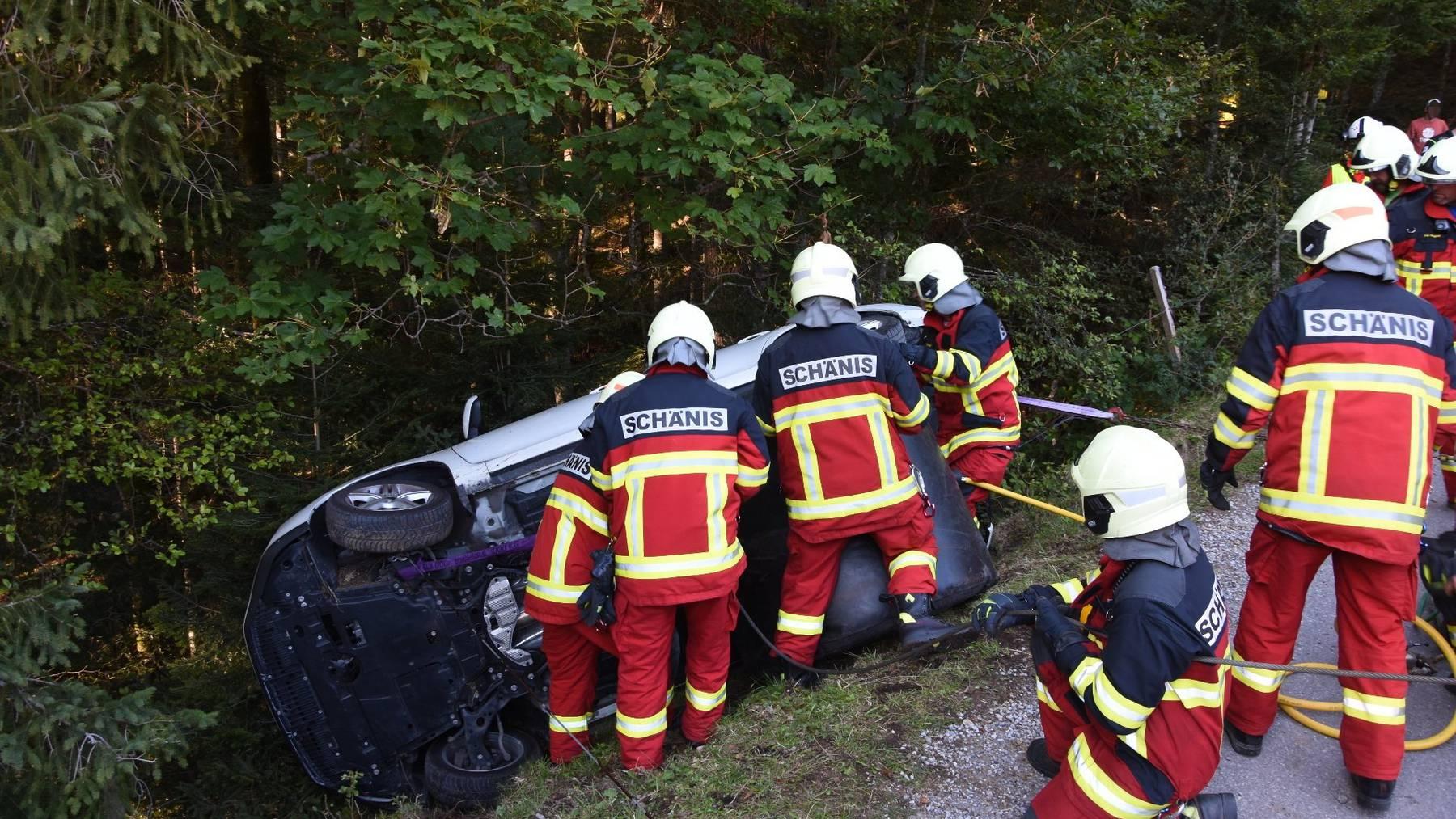 Rettungskräfte ziehen den Wagen zurück auf die Strasse.