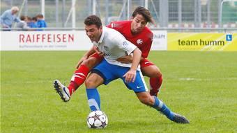 Schlierens Selcuk Sasivari (vorne) im Zweikampf mit dem Wollishofer Luca Schmid.