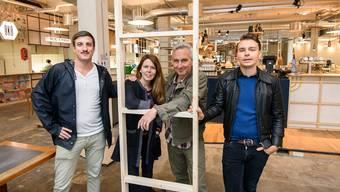Lukas Riesen, Neda Schön, Pascal Biedermann und Valentin Ismail leiten den neuen Street Food Markt im Kleinbasel. Vor der Eröffnung gibt es noch einiges zu tun im neu umgebauten Raum.