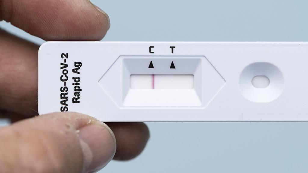 Der Coronavirus Antigen-Selbsttest von Roche erkennt gemäss einer Studie unter realen Bedingungen nur zwei von drei Infizierten. (Themenbild)