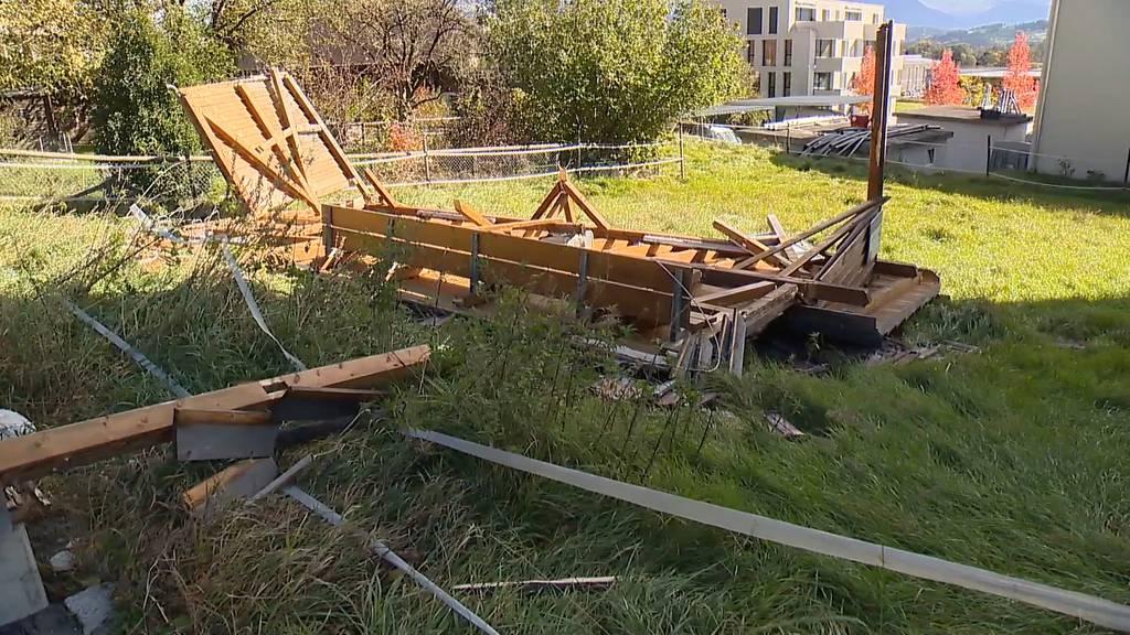 Sturmschäden in Sennwald (SG): Baum fällt auf Wohnhaus und Wartehäuschen wird umgeblasen