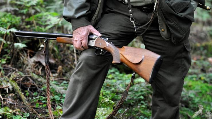 Die bisherige Regel, wonach Personen ohne Ausbildung für bis zu sechs Tage im Jahr als Jagdgäste eingeladen werden können, wird aufgehoben. (Symbolbild)