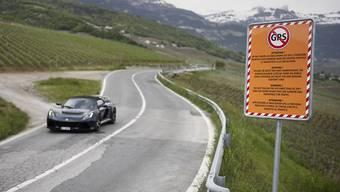 In Crans-Montana warnt ein Schild GPS-Benützer vor einer Abkürzung durch das Dorf Loc.