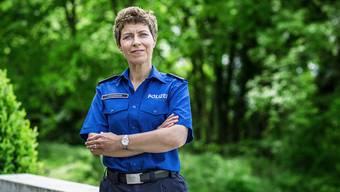 Ab und zu erscheint Irene Schönbächler in Uniform zur Arbeit – nur die Gürtelschnalle erinnert noch an ihre Zeit bei der Aargauer Kantonspolizei. Chris Iseli