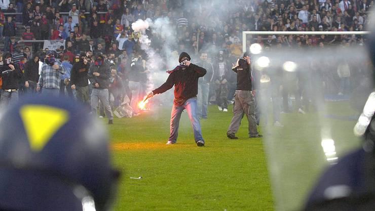 Zehn Jahre sind vergangen: In letzter Minute hatte der FCB am 13. Mai 2006 gegen den FC Zürich die Meisterschaft verloren. Was folgte, waren stundenlange Krawalle und Strassenschlachten, welche das ganze Land erschütterten.
