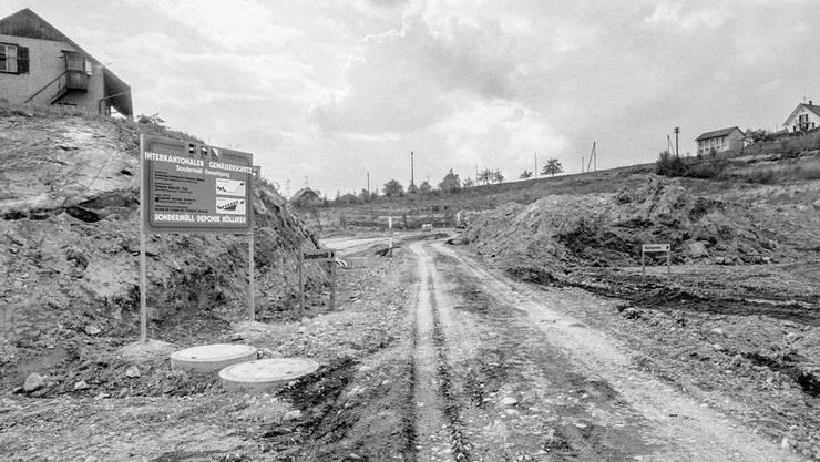 Die Zufahrt zur Sondermülldeponie in Kölliken, aufgenommen am 3. Mai 1983. Insgesamt sind zwischen 1978 bis 1985 250000 m3 Sonderabfälle unterschiedlichster Herkunft und Zusammensetzung in die Deponie eingelagert worden.