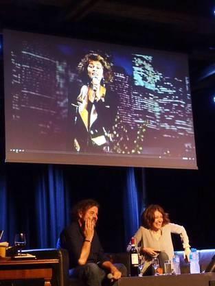 Grosses Gelächter bei Büne Huber und Sina, die auf dem Monitor in ihren Anfängen als Schlagersängerin noch etwas anders gestylt ist als heute.