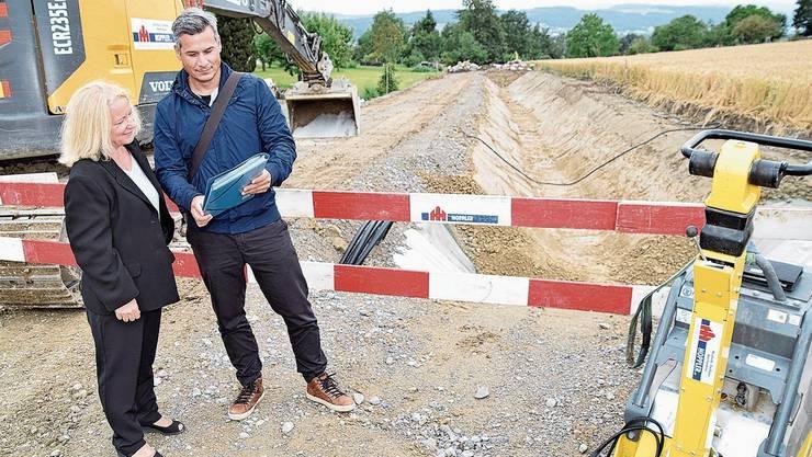 Gemeinderätin Louisa Springer und Bauverwalter Martin Graf an der Gyrenbach-Baustelle.