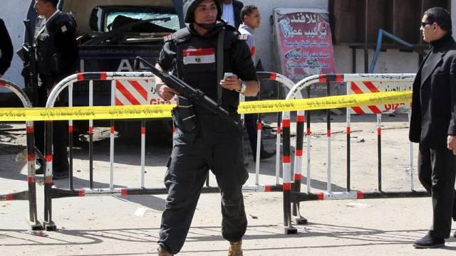 Ein Polizist hält nach einem Anschlag Wache in Kairo (Archiv)