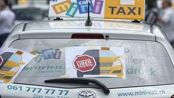 Taxifahrer protestieren gegen Uber auf dem Messeplatz in Basel