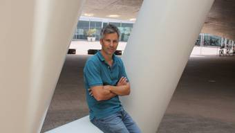 Marcel Salathé auf dem Campus der EPFL Lausanne. Er arbeitet für die Hochschule als Epidemiologe.