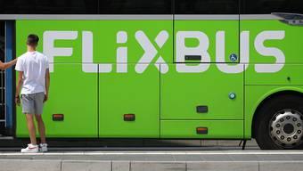Der Fernbusanbieter Flixbus stellt den Betrieb bis auf weiteres wegen der Coronavirus-Krise ab Mitternacht ein. Flixbus werde alle nationalen sowie grenzüberschreitenden Verbindungen von und nach Deutschland aussetzen, teilte das Unternehmen am Dienstag mit. (Archiv)