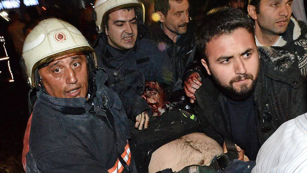 Sanitäter bringen einen Verletzten vom Anschlagsort im Zentrum von Ankara weg.