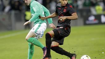 Dalbert Chagas von Nice (right) und Saint-Etiennes Jordan Veretout kämpfen um den Ball