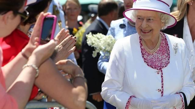 Cheese: Die Queen lächelt in Perth in die Kamera, respektive ins Handy