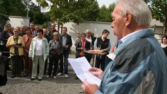 Der Schöftler Gemeindeammann Hans Müller begrüsst die Neuzuzüger im Schlosshof. (wpo)