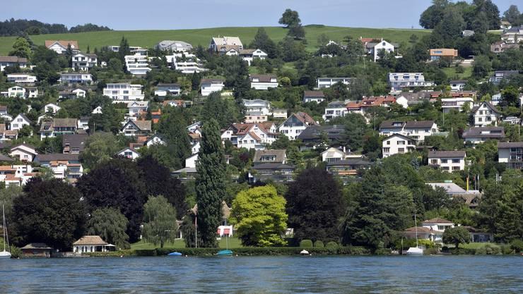 Landbesitzer sollen für den Seeuferweg doch enteignet werden können: Erlenbach an der Zürcher Goldküste.