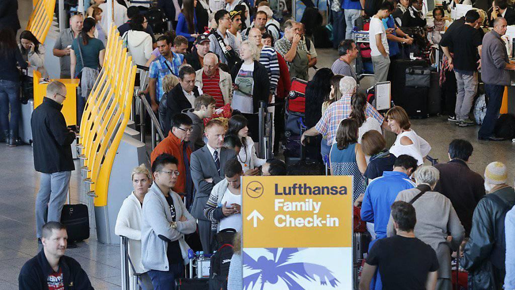 Für diese Passagiere, die am Mittwoch in Frankfurt Schlange stehen, kommt das Streikende zu spät. Ab Donnerstag herrscht aber wieder Normalität.