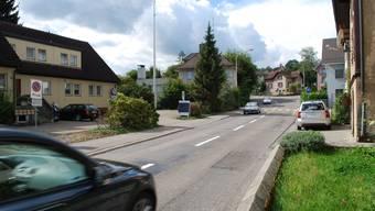 Schäden: Ein neuer Strassenbelag ist dringend notwendig. (Bild: Eddy Schambron)