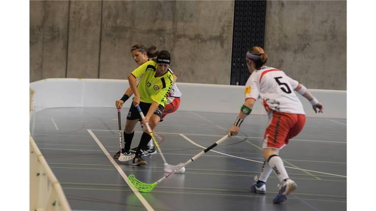 Unihockey Basel Regio gegen Red Lions Frauenfeld in Pratteln im Kuspo. Sarai Stoeckli dribbelt Christine Feiss und Bernadette Hasler aus.