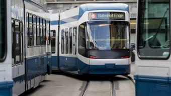 Die Frau stürzte aus dem stehenden Tram. (Symbolbild)