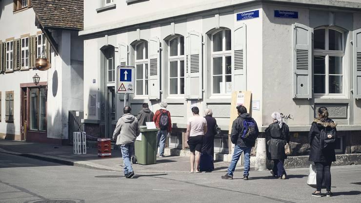 Warteschlange vor dem Caritas Laden in Basel an der Ochsengasse