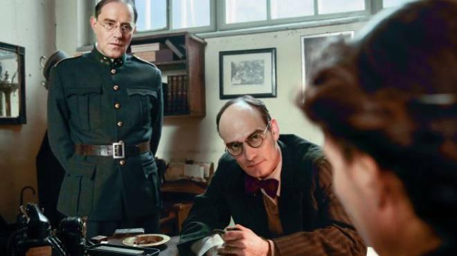 Stefan Kurt als Paul Grüninger (links) und Anatole Taubman als Grüningers Vertrauter Sidney Dreifuss. Foto: SRF/Daniel Ammann