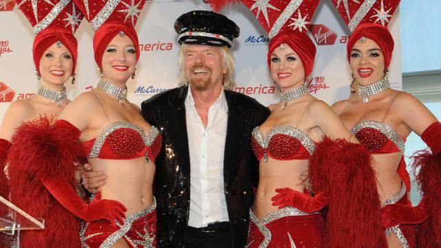 Richard Branson mit Showgirls in Las Vegas (Archiv)