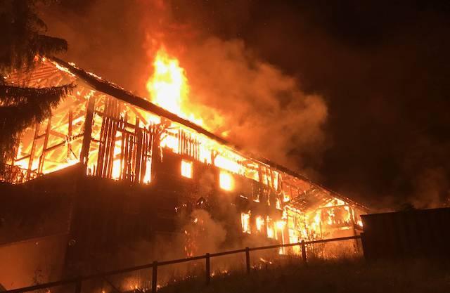 In Buttwil ist in der Nacht auf Freitag ein leerstehender Bauernhof bis auf die Grundmauern niedergebrannt.