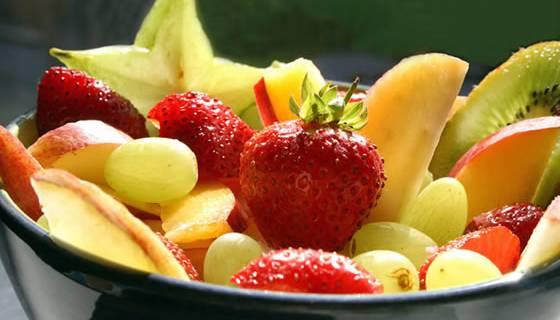 Pfirsiche, Aprikose, Himbeeren, Kirschen, Erdbeeren, Pflaumen. Im Sommer gibt es so viele leckere Früchte. Da bietet es sich doch an, sich nach dem Grillieren einen Fruchtsalat zu gönnen. Oder mittags statt einem sonstigen Dessert ein paar Erdbeeren zu geniessen. Es gibt auch etliche Kuchen- und Muffinrezepte mit Früchten. So hat man auch für die Sommerparty ein feines Mitbringsel.